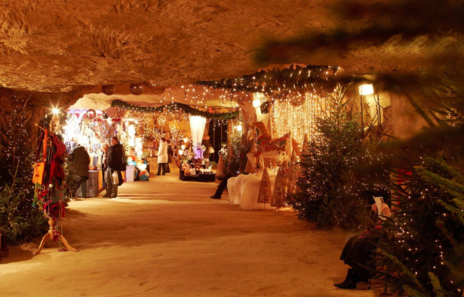 """7489ea15ed10 A Gemeentegrot (""""önkormányzati barlang"""") Európa legősibb földalatti adventi  piacának ad otthont. Az idelátogatókat a karácsonyfákon, sejtelmes  fényeken, ..."""