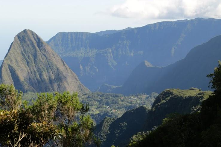 Hegyek közé ékelődött falvak egy vulkáni szigeten