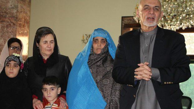 A híres afgán lány újra hazájában