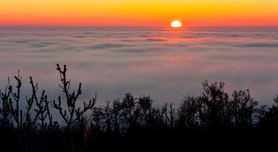 A felhők fölött ragyogó Nap