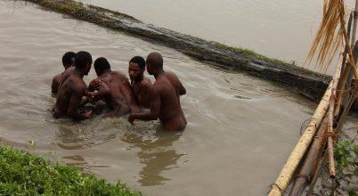 Férfiak sikolya Pápua Új-Guinea őserdejéből