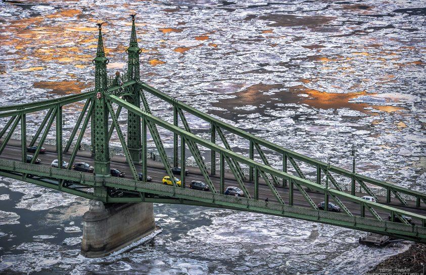 A nap képe: A híd egy szakasza, az alatta zajló jéggel