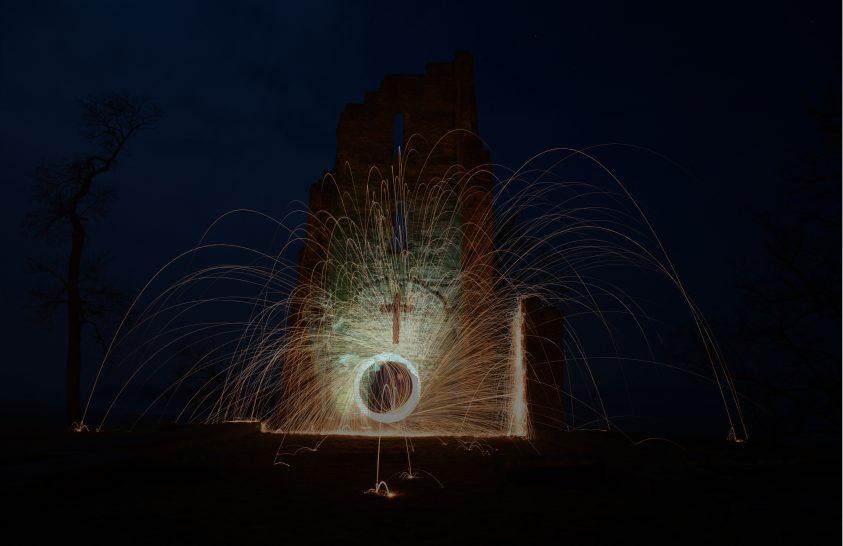A nap képe: Szikrák egy templom romjainál