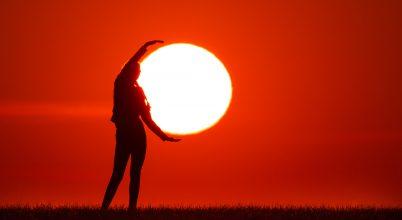A nap képe: A naplopó magával viszi az alkonyi égről a Napot