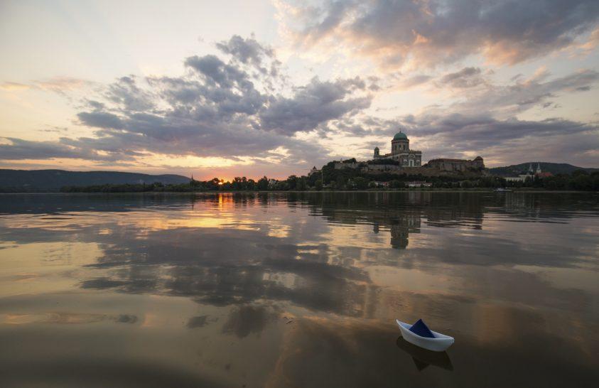 Egy kicsi hajó a nagy Duna vizén