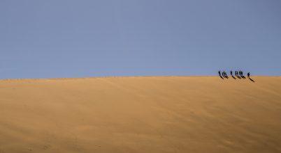 A nap képe: Tíz ember gyalogol a sivatagban