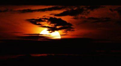 A nap képe: Piros paplan alá bújik a nap