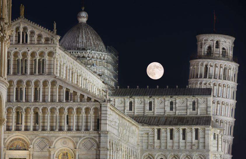 A nap képe: Telihold Pisa ege fölött