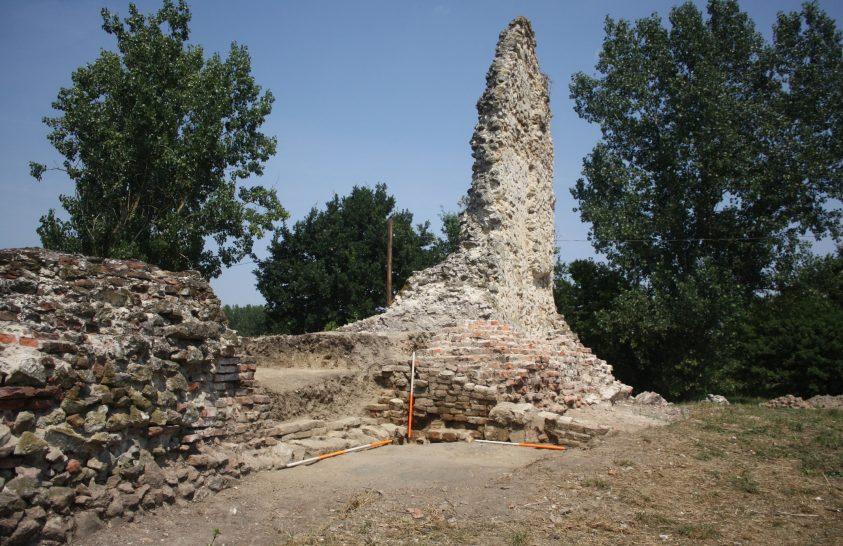 Aranykincset is találtak a régészek a dombói várban