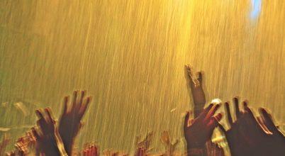 A nap képe: Fesztiválozók kapnak enyhítő vízpermetet a tikkasztó hőségben