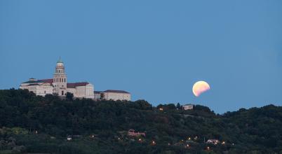 A nap képe: A csonka Hold ébredése