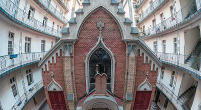 A nap képe: Egy szürke bérház udvara zsinagógát rejt