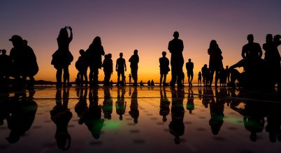 A nap képe: Turisták sziluettjei naplementekor