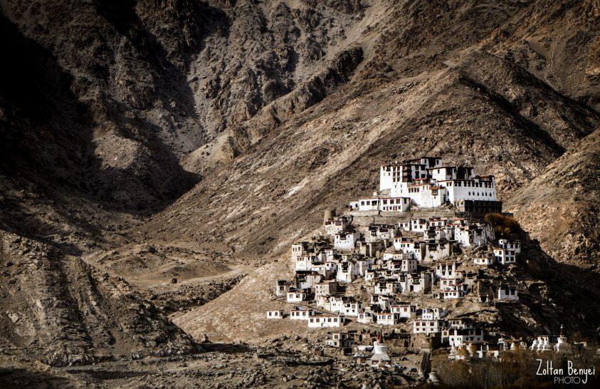 A nap képe: Buddhista kolostor a domb tetején