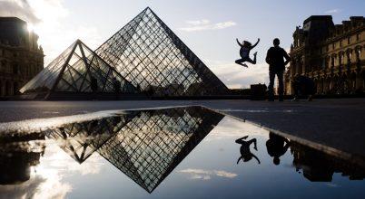 A nap képe: A Louvre üvegpiramisai előtt