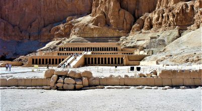 Több száz szobrot találtak két fáraókori sírban Egyiptomban