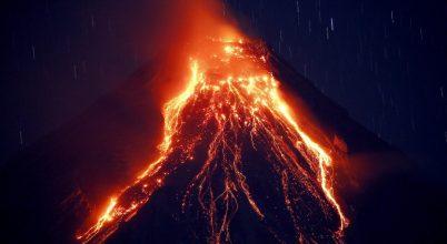 Ömlik a láva a Mayon vulkánból