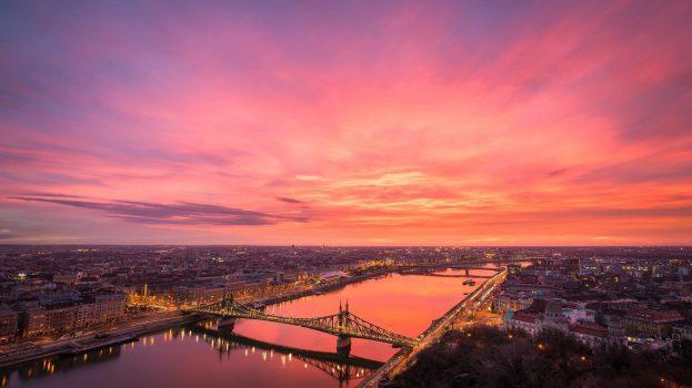 A nap képe: Lángoló égbolt Budapest fölött