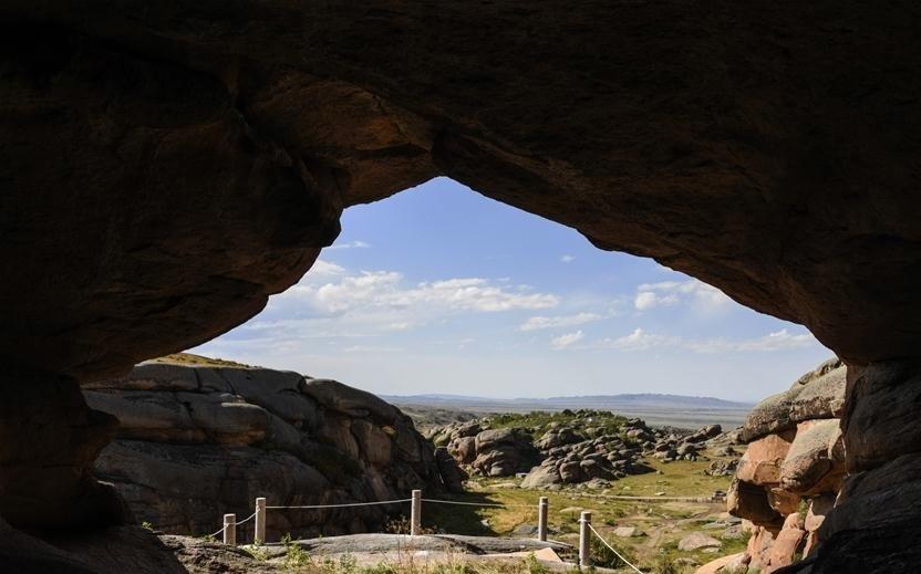 Több mint 200 ősi sziklasírt tártak fel Kínában