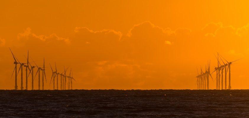 A nap képe: Vízre telepített szélturbinák naplementében