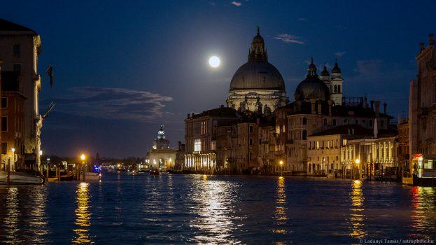 Velence holdfényben