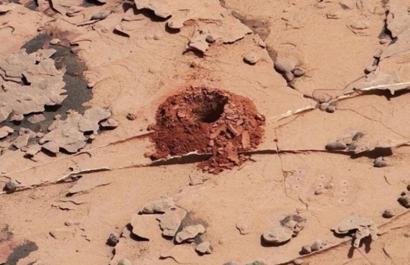 Belefúrt a a Marsba a Curiosity, de nem úgy, mint eddig