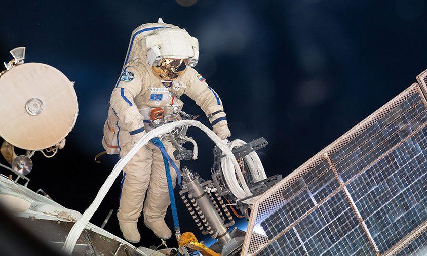 Különleges berendezést telepített űrsétáján két kozmonauta