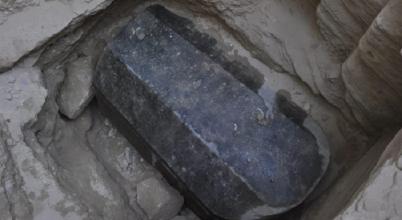 Aranyat találtak az egyiptomi óriásszarkofágban