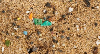 Mikroműanyagok tömkelege a tengerparti homokban