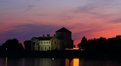 A nap képe: A tatai vár kékórában