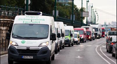 Élelmiszeradomány-konvoj halad át Budapesten