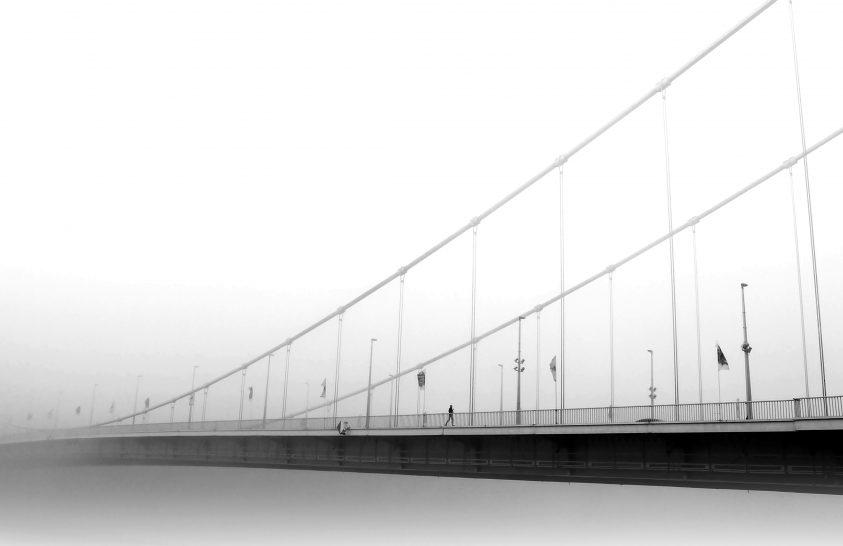 A nap képe: Egyedül a hídon