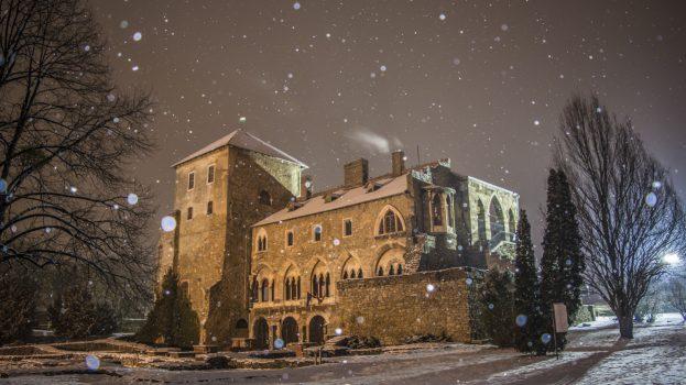 Hópelyhek között a tatai vár
