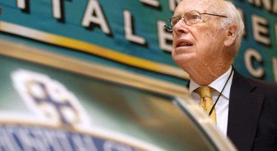 Minden címétől megfosztotta kutatóintézete a Nobel-díjas amerikai tudóst