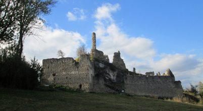 Egy hajdani határvár több száz éves falainál