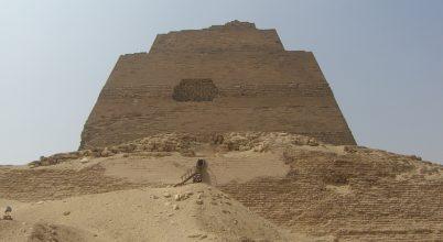 Fiatal lány sírjára bukkantak a piramis tövében