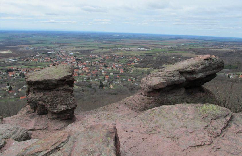 Mecseki legendák nyomában: A Jakab-hegy kincsei és a kővé vált násznép