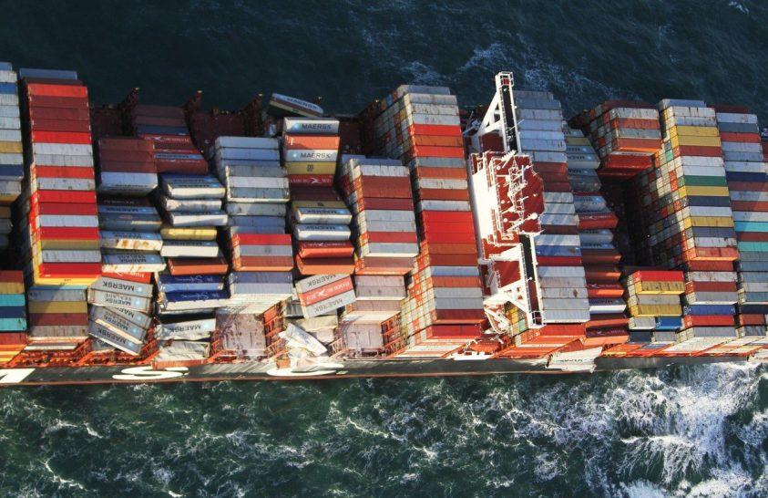 Egy konténerhajó balesete után tömérdek műanyag került a tengerbe