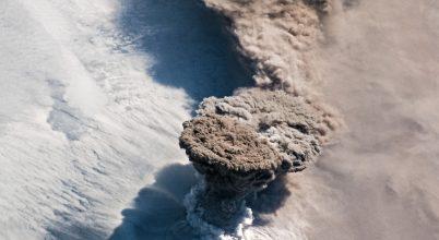 Látványos űrfelvételek készültek egy vulkánkitörésről