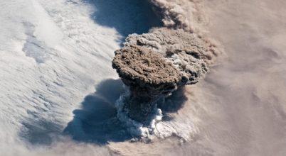 Vulkánkitörés okozta a gyönyörű napkeltéket