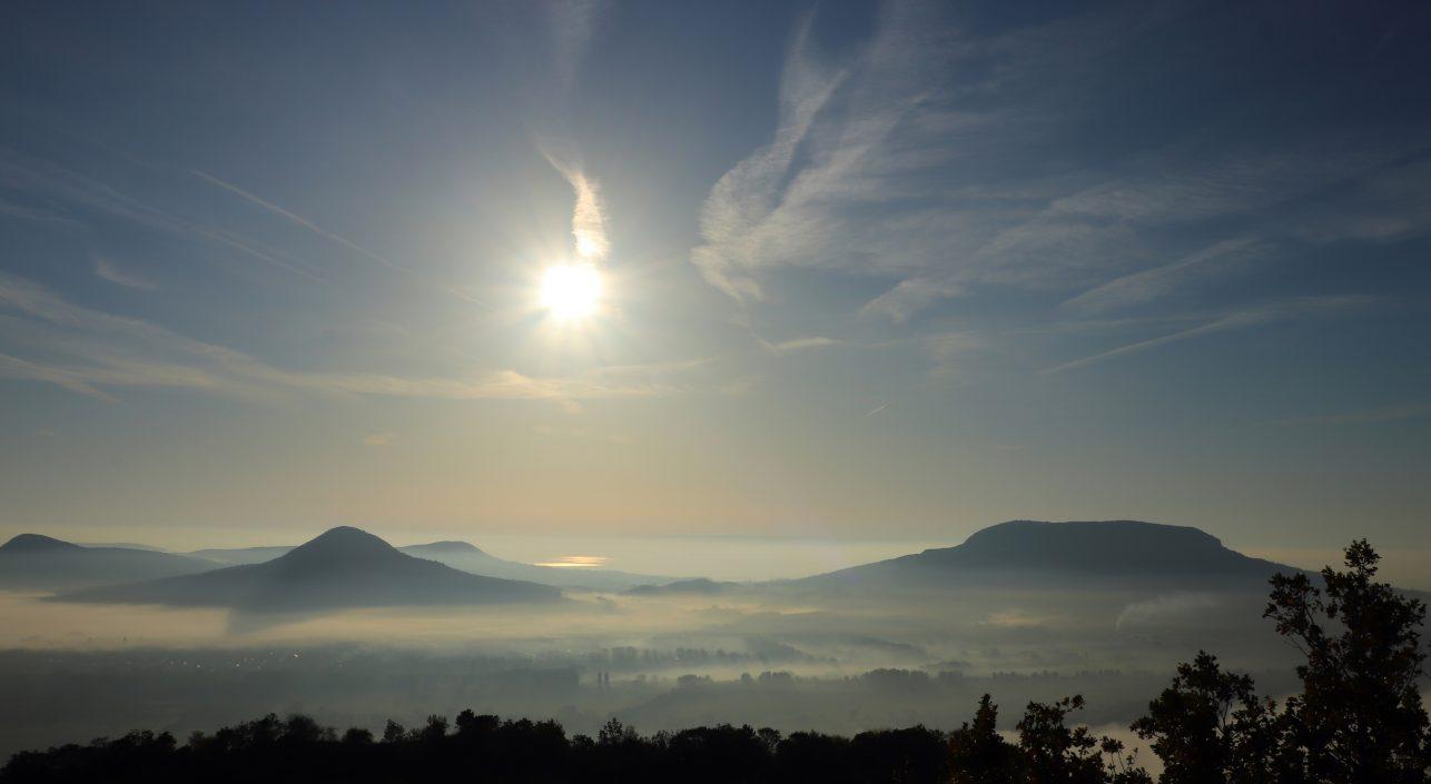 A nap képe: Ködben úsznak a tanúhegyek.