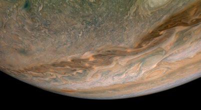 Így kavarognak a Jupiter felhősávjai