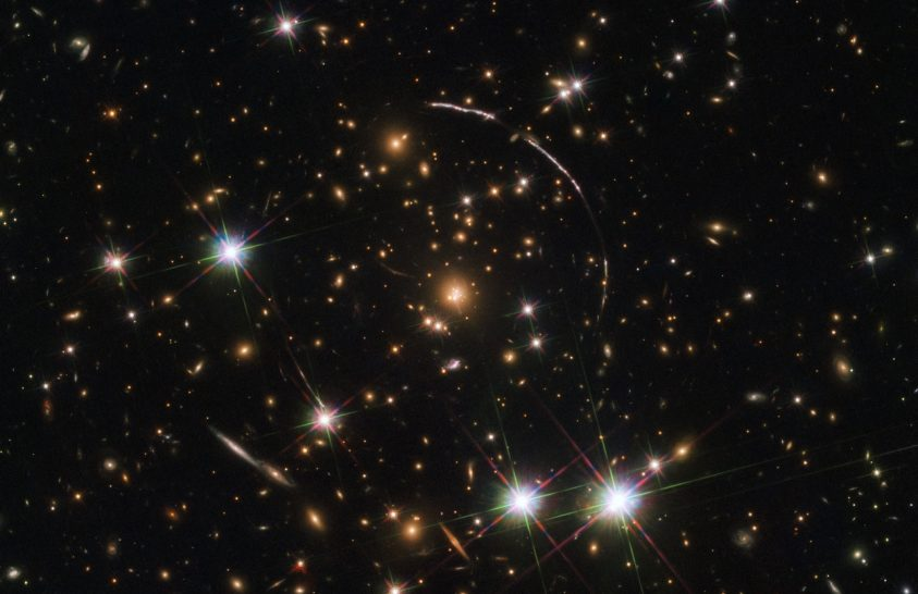 12 képet eredményezett a gravitációs lencsehatás
