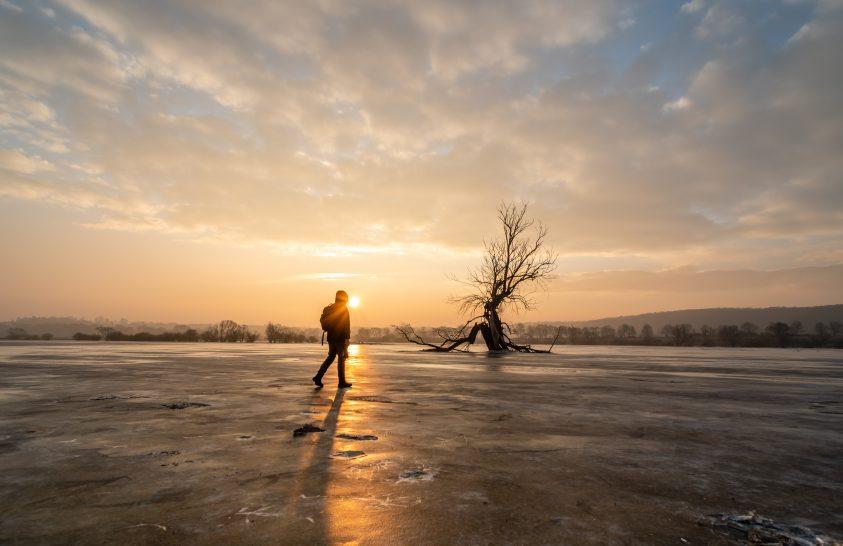 A nap képe: Séta a fagyott ártéren