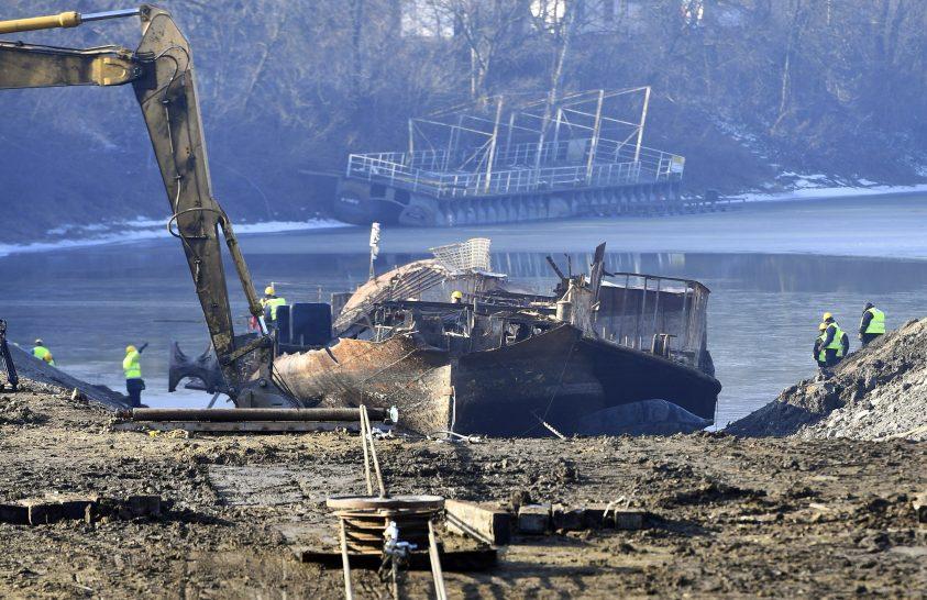 Kiemelik a lapátkerekes gőzös roncsait Szegednél a Tiszából