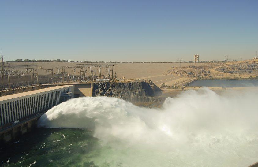 Duzzasztógát a Níluson, fölötte a legnagyobb mesterséges tó