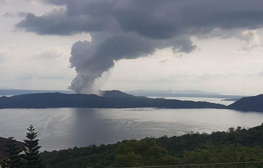 Kitört a fülöp-szigeteki Taal vulkán