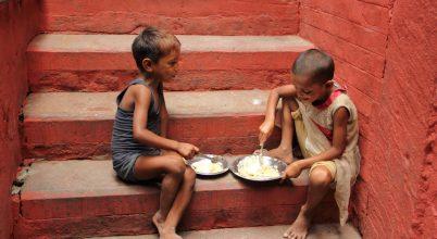 A nap képe: Gyermekmosoly Varanasiban