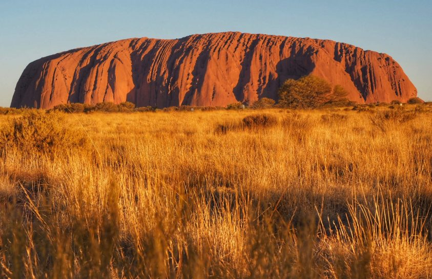 Sziklarajzok és kultikus óriásszikla az ausztrál outback vidékén