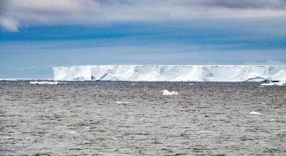 Töredezik az úszó óriás jéghegy